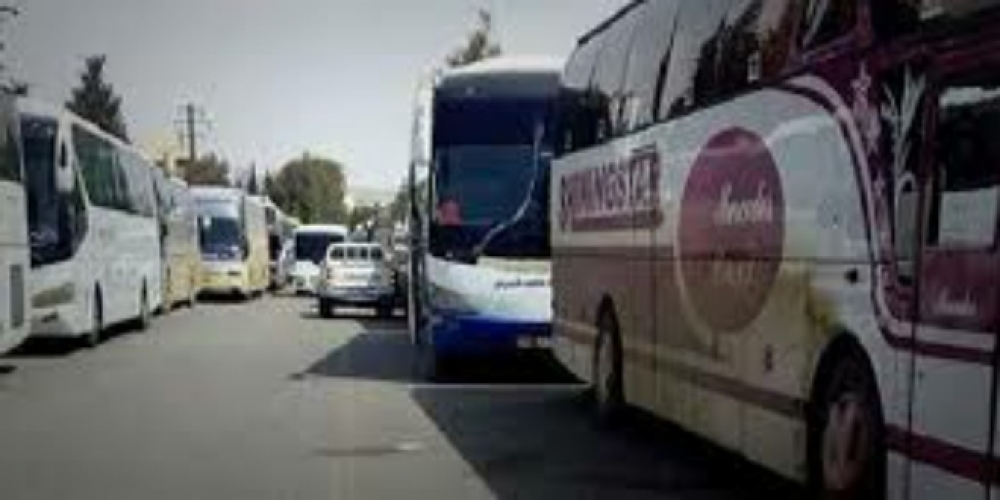 Zubdnaから11台のバスに比べて今日アンニュイとKefrayaの人々を運ぶ出口45バス