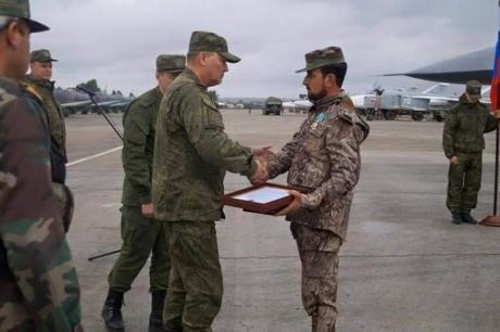 القيادة العسكرية الروسية تكرم العقيد «النمر» في قاعدة حميميم
